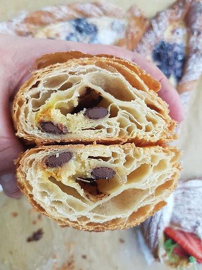 מאפה קרואסון במילוי קרם שקדים ושוקולד