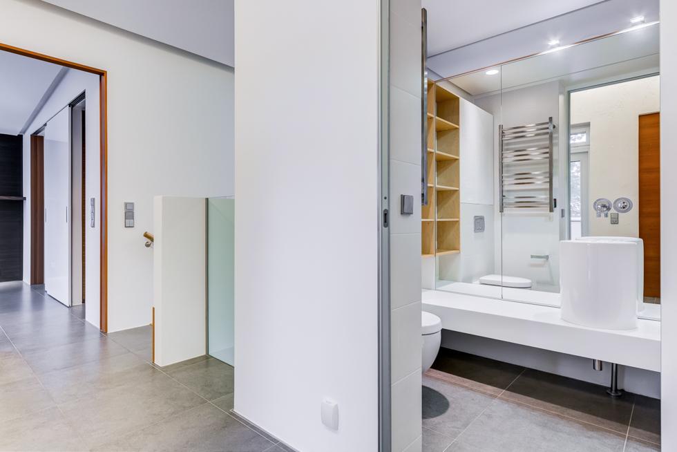 Kylpyhuone 2 yläkerta ja aula