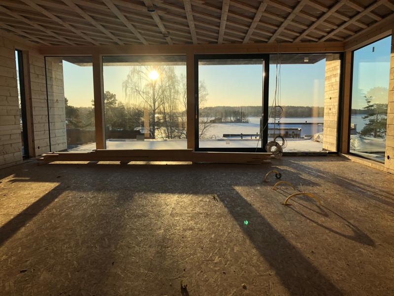 Moderni hirsitalo: Aurinko paistaa sisään toisen kerroksen ikkunoista