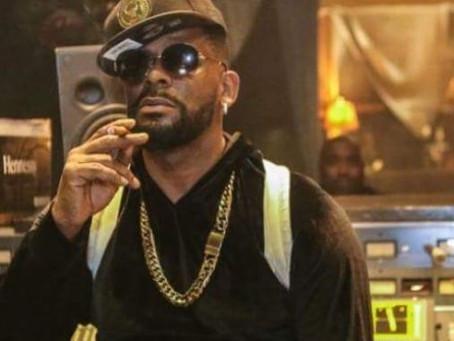 Ex empleado de R. Kelly asegura que el cantante se grababa con chicas menores de edad