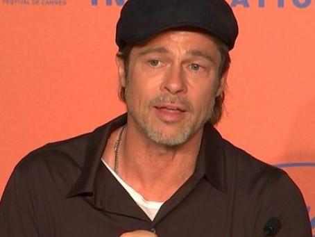 Brad Pitt causa sensación al usar gafete con su nombre en almuerzo previo a los Oscar