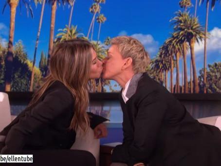 Ellen DeGeneres le planta beso en los labios a Jennifer Aniston