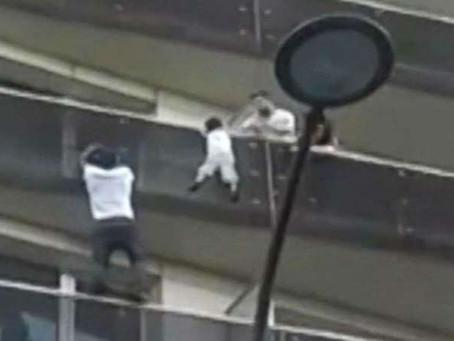 """Revelaron qué hacía el padre del niño salvado por el heroico """"hombre araña"""" mientras su hi"""