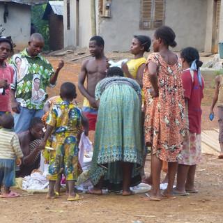 Verkoper kleding komt langs de dorpen.JPG