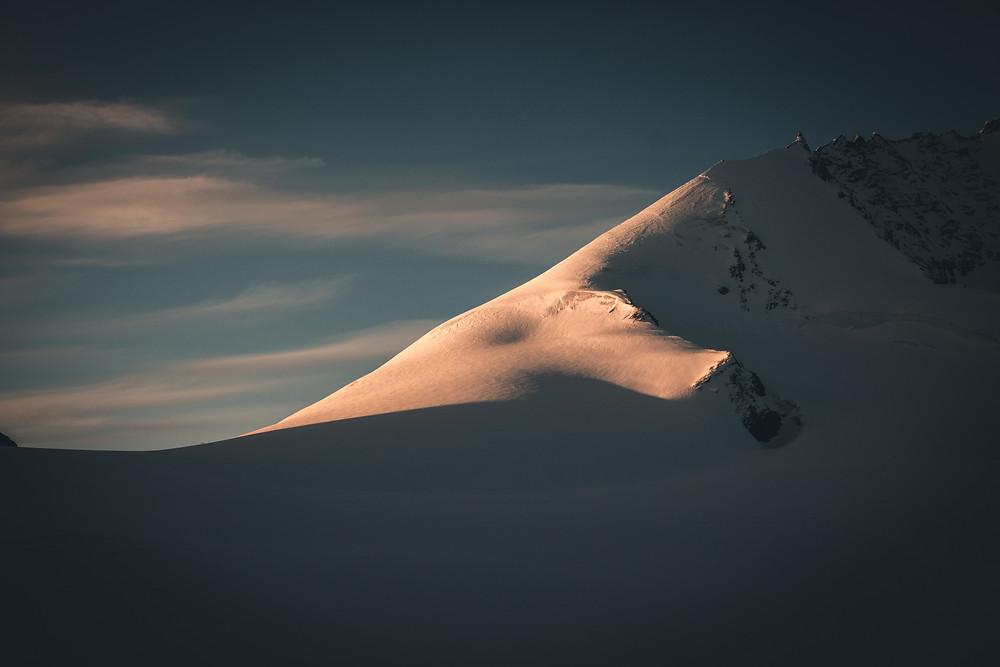 Blick zum Allalinpass wo 2 Alpinisten gerade die Grathöhe erreichen.