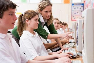 Преподаватель сопровождает студентов.jpg