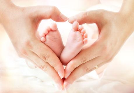 Pieds_bébé_dans_mains_en_coeur_XS.jpg