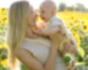 Maman_et_bébé_dans_champ_tournesols.jpg