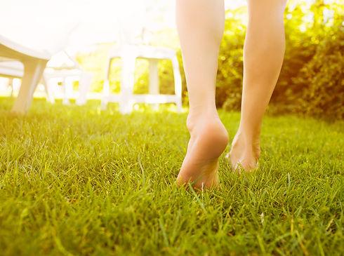 Jambes_légères_dans_l'herbe_soleil_couch