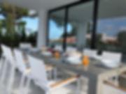 Terras met luxueuse tafe voor 10 personen met zicht op zwembad.