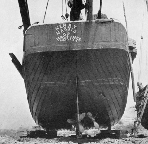 An elipitical transom on a Hastings lugger. Note the oars stowed along the port side. Photograph: ©The Mariner's Mirror (Hornell 1938: 273)