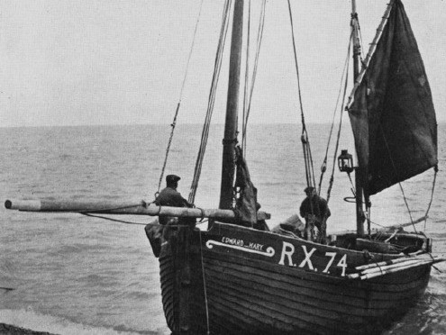 A lugger being beached at Hastings, Note the oars stowed alongside the port side of the boat, this seems to have been a common practice. Photogrpah: ©The Mariner's Mirror, (Hornell 1938: 269).