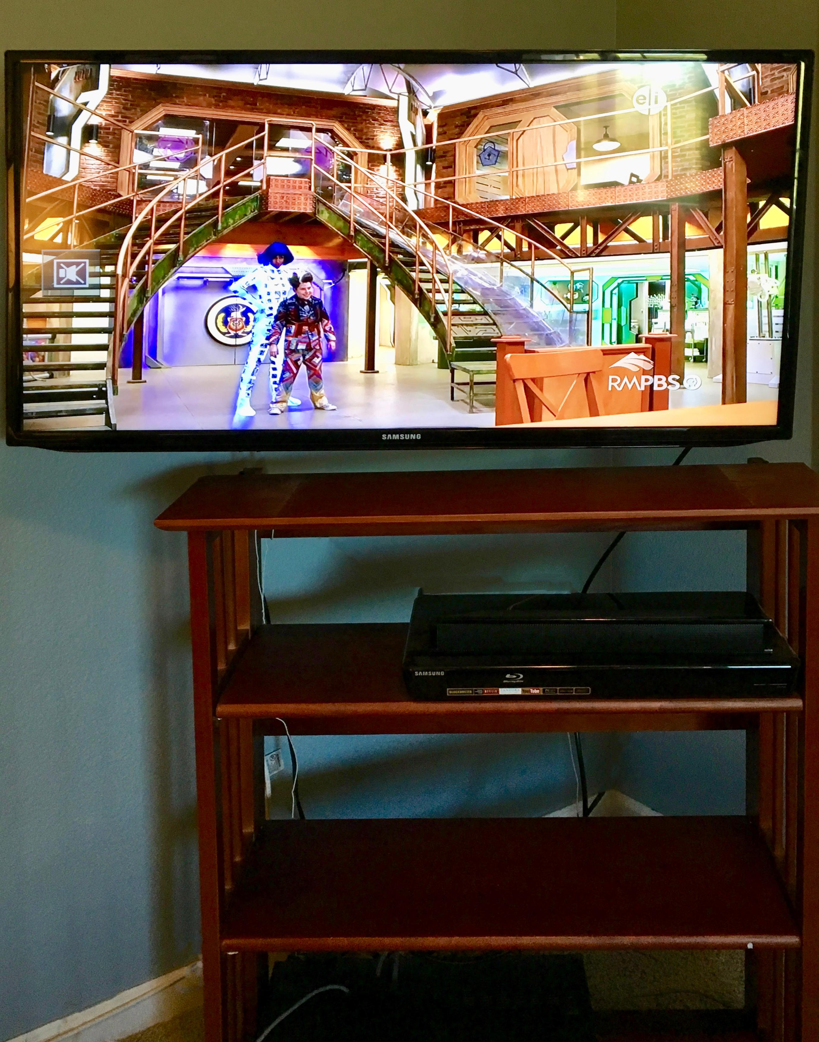 Corner TV mount