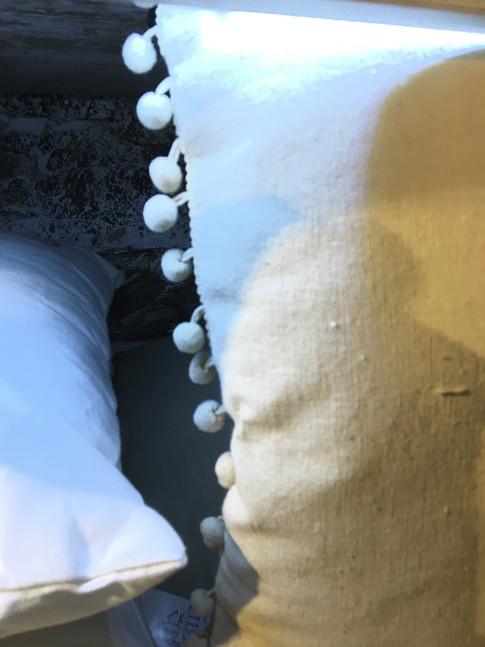 Coussins avec ponpons  by Zézé & Lili atelier de couture sur le Grau du Roi