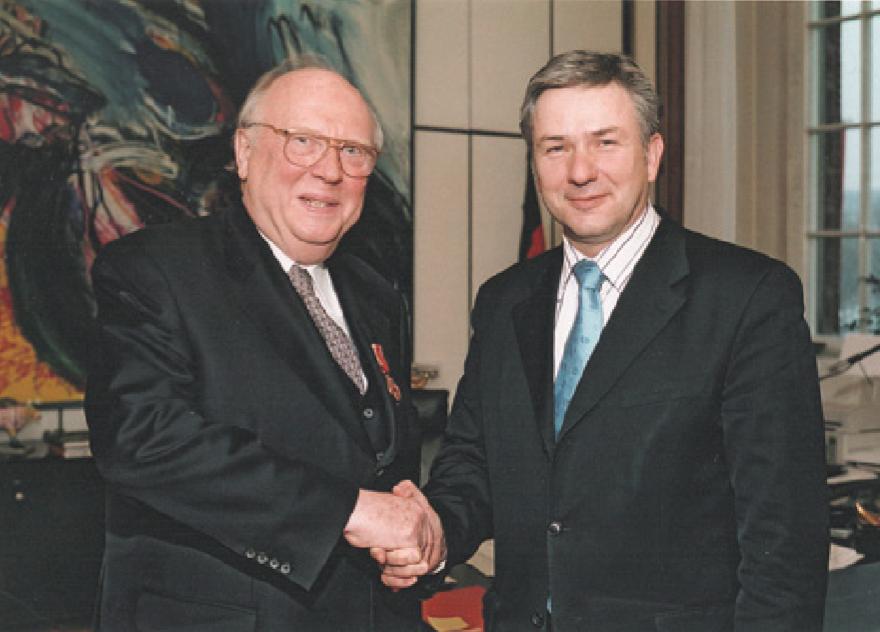 Herr Wolfgang Gruhn mit dem Regierenden Bürgermeister Klaus Wowereit