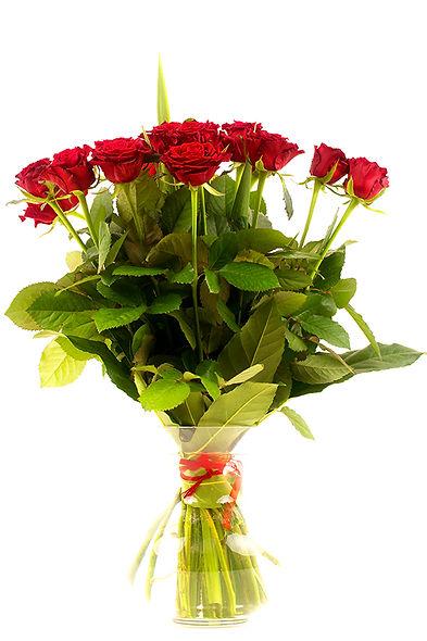 red-roses-in-vase-PEUAYXF.jpg