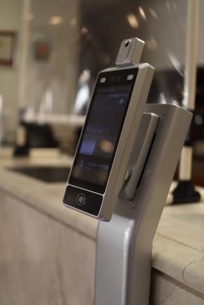 非接触検温器をフロントに設置して検温をお願いしております