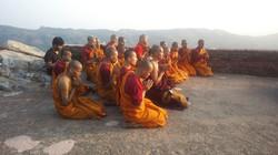 霊鷲山で祈る僧侶