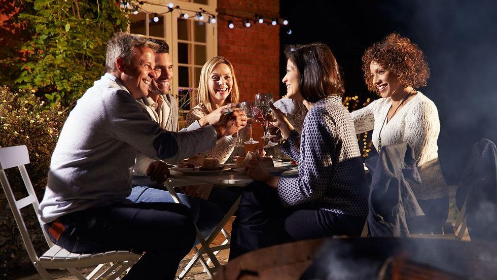 Freunde stoßen an beim Abendessen