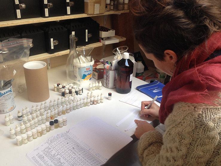 Julie C. Fortier dans son laboratoire, 2