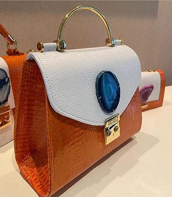 Bolsa em couro com detalhe em chapa de Ágata Azul.