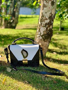 Bolsa em couro com detalhe em chapa de Ágata Preta.