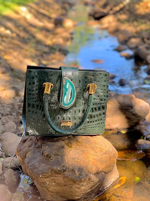 Bolsa em couro com detalhe em chapa de Ágata Verde.