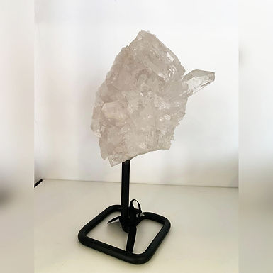Pedra Cristal com base em ferro.