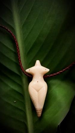 GÖTTIN / www.tulukkap-anersaava.de / PeterStrauss / bonecarving / Natur /Schamanismus / Amulett / Sp