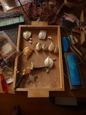 www.tulukkap-anersaava.de / PeterStrauss / bonecarving / Natur /Schamanismus / Amulett / Spiritualität / Kambo / sapo / medicinasagrada / Knochenschnitzerei / Tiergeister / animalspirit / Krafttier / Totem/ Heilung/ schamanisches Amulett/ Kunst/ selfmade / Krafttieramulett