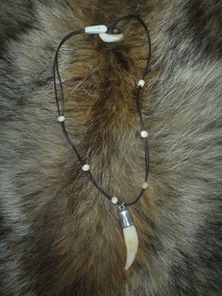Wolfamulett / www.tulukkap-anersaava.de / PeterStrauss / bonecarving / Natur /Schamanismus / Amulett