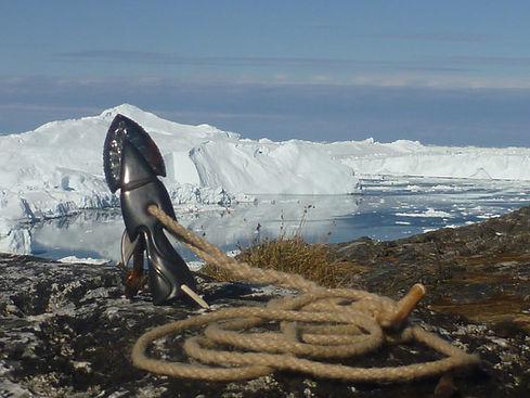 Tuukkaq, Harpunenspitze, Tuukkaq ist das Inuitwort für Harpunenspitze. Die Harpune, die Unaaq war das wichtigste Jagdwerkzeug der Menschen am Polarkreis - ohne sie wäre eine Jagd auf die großen Meeressäuger, Wale und Robben nicht möglich gewesen. Für die Inuit hatte der Tuukkaq große spirituelle Bedeutung ! Wenn du ein Tier mit der Harpune triffst, verbindest du dich mit ihm für immer, der Tuukkaq ist nicht mehr heraus zuziehen - das Tier stirbt, es wird dein. Ihr habt eure Spirits mit einander verbunden. Das Tier hat sich dir geschenkt ... Wenn dir jemand einen Tuukkaq schenkt, geht es ihm um lebenslange Freundschaft, du mußt dir gut überlegen, ob du diese Medizin annimmst. Sie ist das Symbol enormer Verantwortung, nicht nur für dich, sondern auch für den, von dem du sie angenommen hast. Ihr werdet verbunden sein bis ans Ende aller Tage... ( aus den Lehren von Angaangaq Angakkorsuaq ) Der Tuukkaq verbindet dich auch mit den Kreisläufen der Natur - mit Werden und Vergehen, mit Leben un