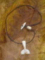 Amulett :Walfluke aus Giraffenknochen - Tulukkap Anersaava