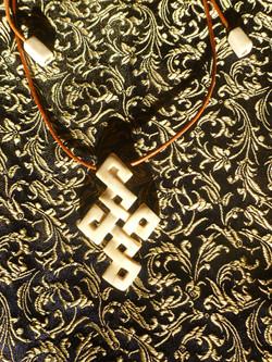 endloser Knoten / www.tulukkap-anersaava.de / PeterStrauss / bonecarving / Natur /Schamanismus / Amu