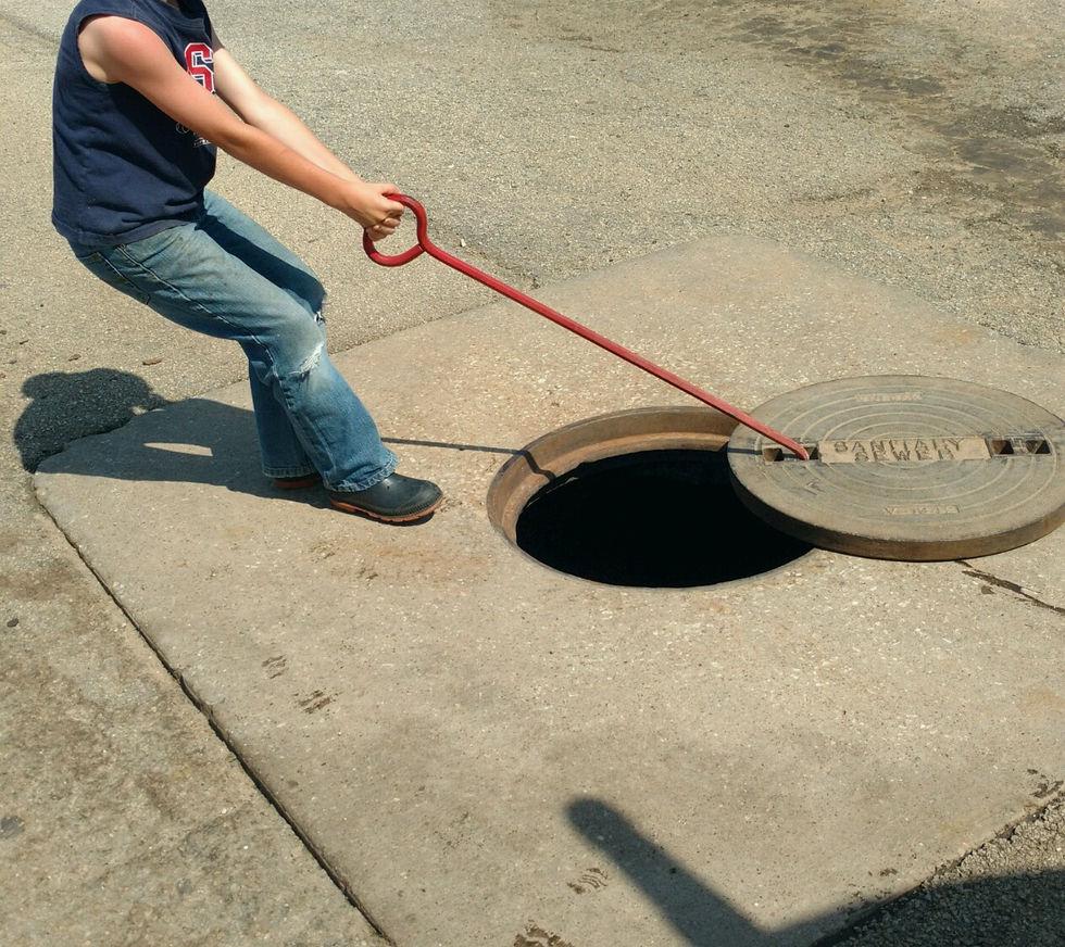 closing manhole lid