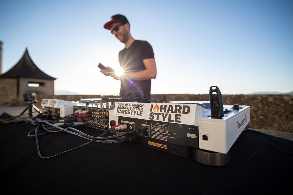 Hardstyle DJ Mozhart auf der Festung Hohensalzburg beim Aufbau Kammermusik