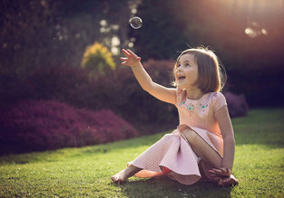 girl-catching-bubble-surrey-family-photo
