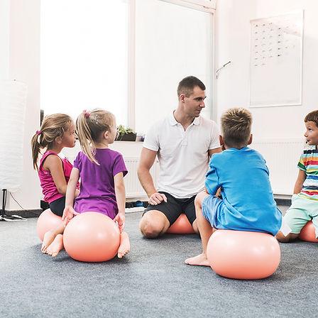 Groupe d'enfants assis en rond lors d'un atelier
