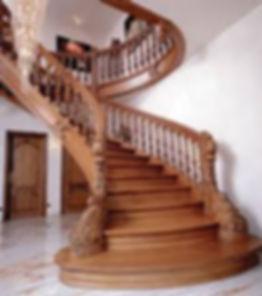 красивая винтовая деревянная лестница.jp