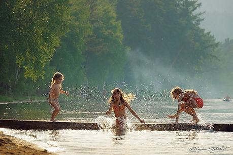 дети купаются в озере.jpeg