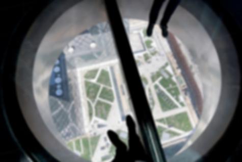 Стеклянный пол  на 37-м этаже башни центрального телевидения Китая
