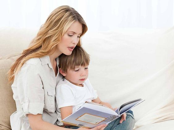 мама учит ребенка читать.jpg