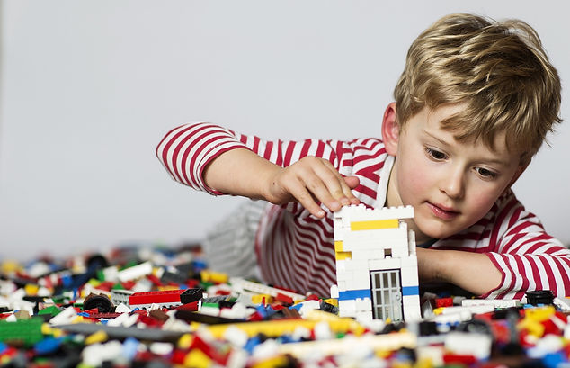 ребенок собирает конструктор.jpg