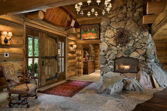 каменный камин в деревянном доме.jpg