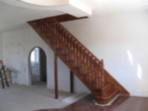деревянная лестница на стадии строительс