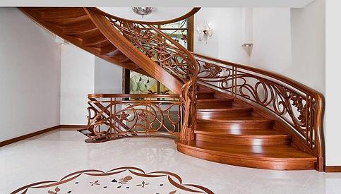 красивая винтовая деревянная лестница.jpg