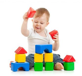 ребенок играет детскими кубиками