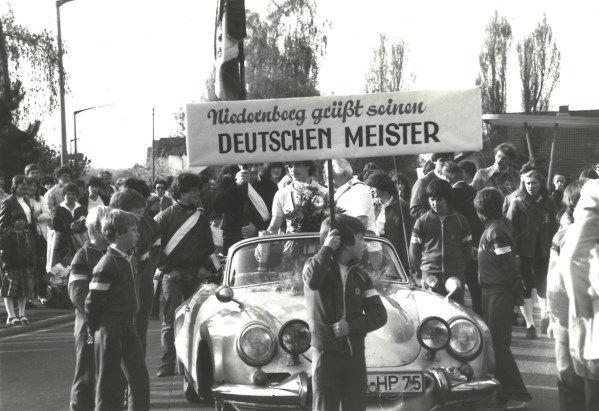 1982-Siggi-Sauer-KSC-Niedernberg-VS.jpg