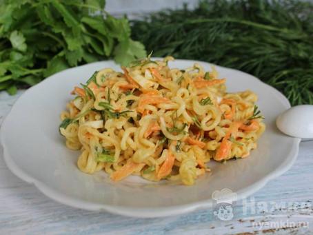 Салат из лапши или лагмана быстрого приготовления с яйцом и морковью.
