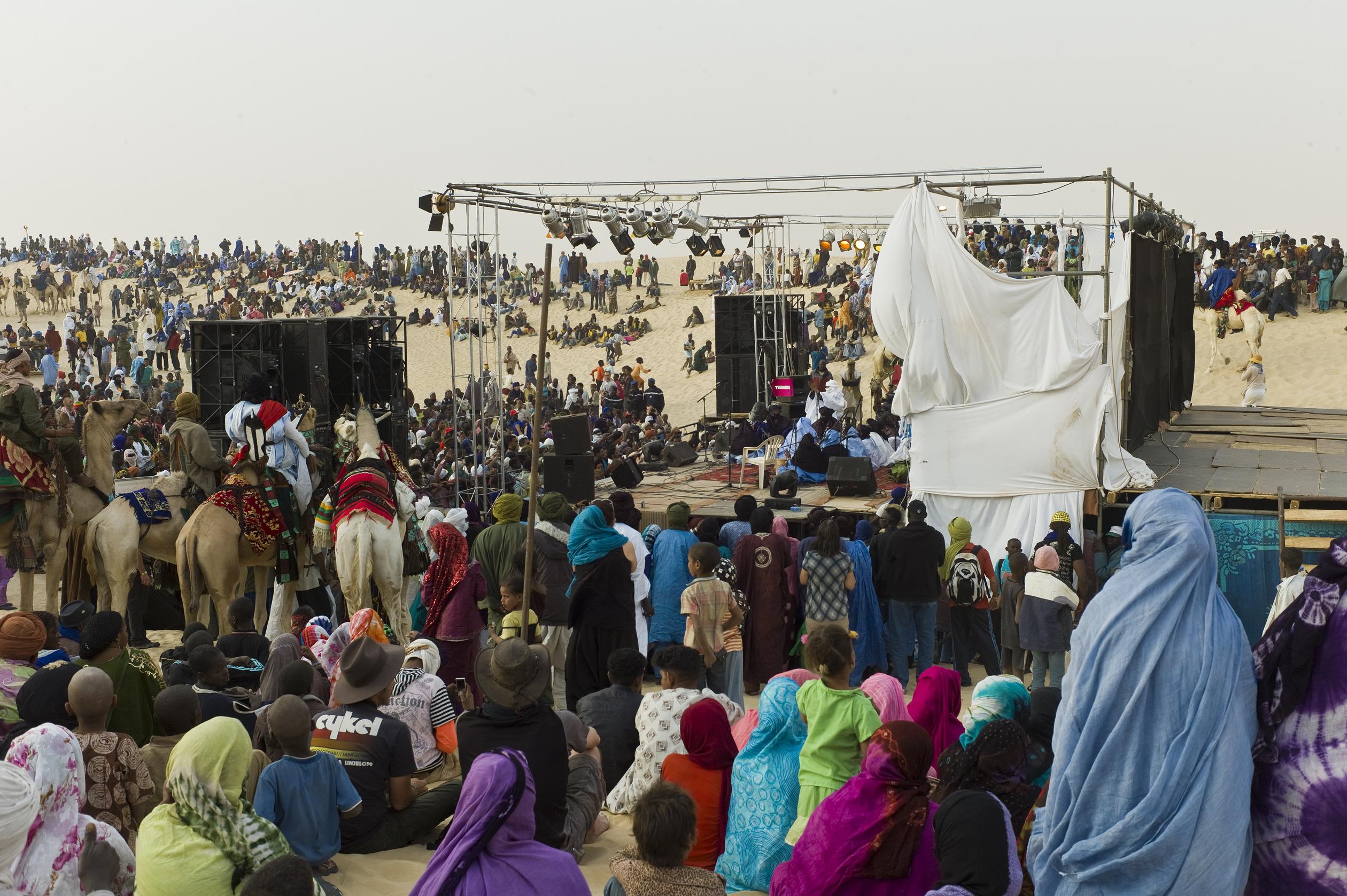 Audience_at_the_Festival_au_Desert_near_Timbuktu,_Mali_2012